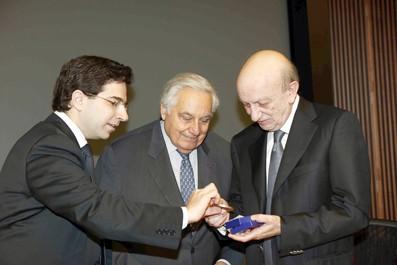 MM. Najjar et Audi remettant la médaille du prix Phénix 2011 à Samir Frangié, hier soir, au centre-ville.